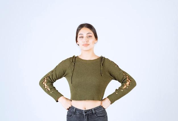 Модель молодой прекрасной женщины, стоящей на белом фоне