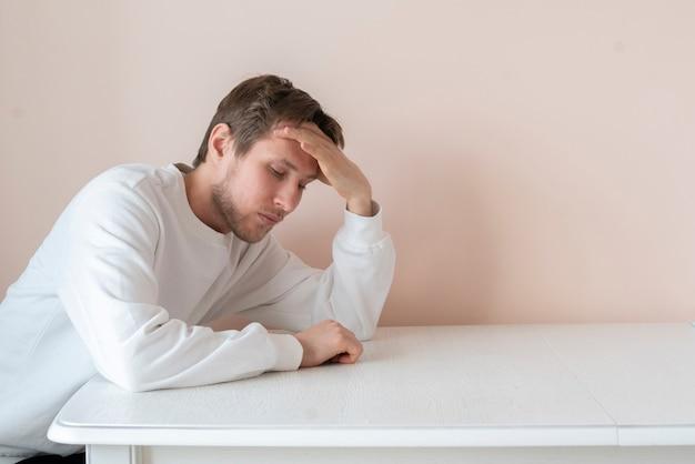 Молодой мужчина грустит, проблема депрессии разочарование