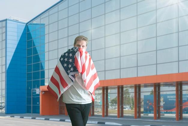 7 월 독립 기념일 외 미국 국기를 가진 젊은 남성 애국자