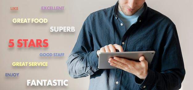 전화기를 들고 서비스 품질, 고객 경험을 평가하는 젊은 남성