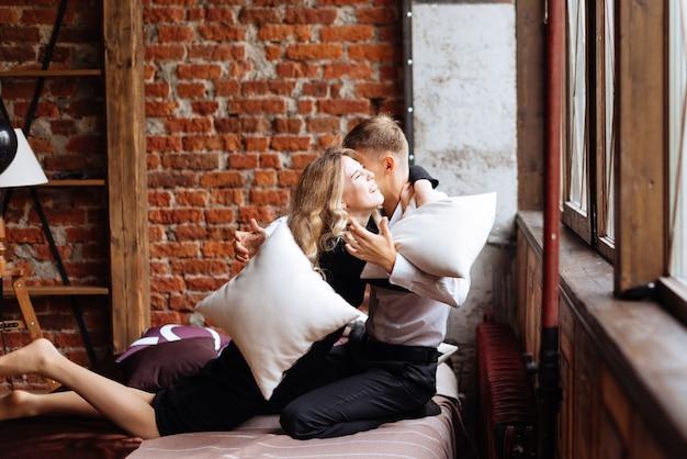 若い男性と女性がロフトスタイルのインテリアに抱きしめます
