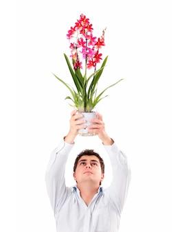 흰색 배경 위에 꽃과 용서를 요구하는 젊은 남자