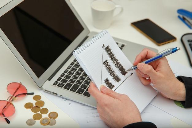 청년은 이윤과 세금을 계산합니다. 젊은 남자는 금융 문서를 공부