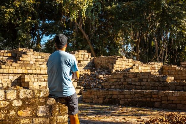 コパン遺跡の寺院を楽しむ若者。ホンジュラス