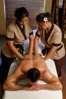 Молодой человек, имеющий массаж