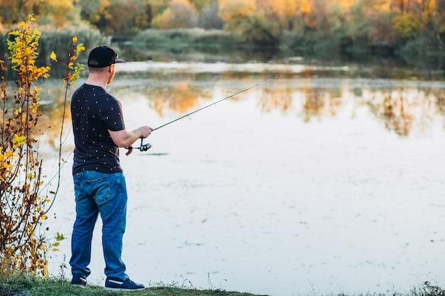 釣り竿を持った若い男