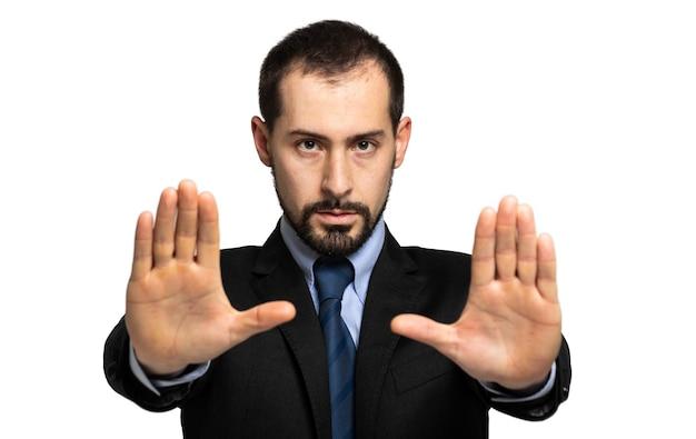 一時停止の標識で手をかざす若い男