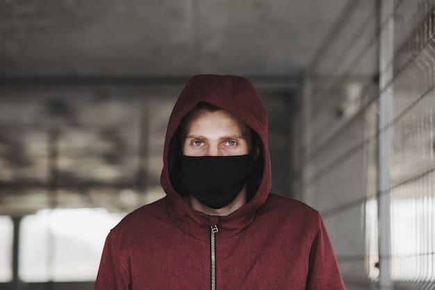 黒いマスクの若い男