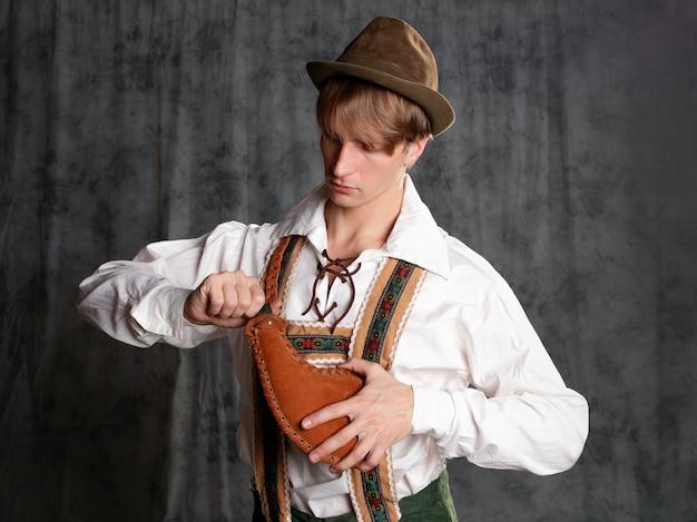 멜빵에 반바지와 모자를 쓴 국가 바이에른 양복을 입은 청년