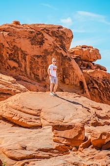 불의 계곡 네바다에서 젊은 남자 붉은 돌의 놀라운 모양