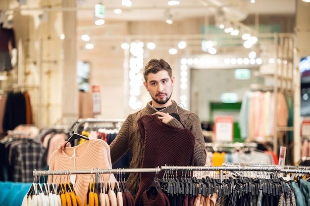백화점에서 그의 여자 친구를위한 선물을 찾는 젊은 남자
