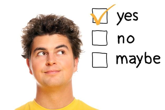 흰색 배경 위에 결정을 내리는 젊은 남자