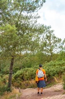 렌 근처 브르타뉴 주의 일에빌렌 주에 위치한 프랑스의 신비로운 숲인 브로셀리앙드 숲의 보도 위의 한 청년. 프랑스