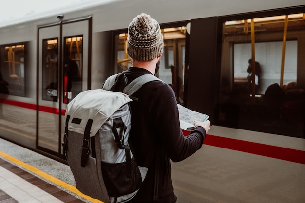 駅で待っている若い男