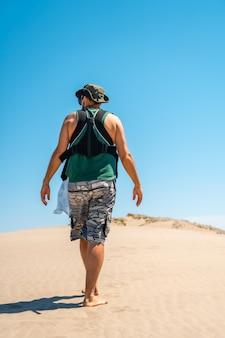 카보 데 가타 자연 공원에있는 몬술 해변의 모래 언덕에서 아들과 함께 걷는 청년, 알 메리아 산호세 시정촌