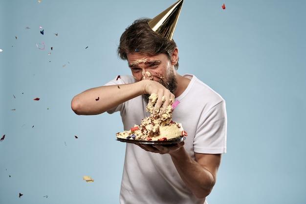 Молодой человек с праздничным тортом упал на лицо тортом, лицо в торте