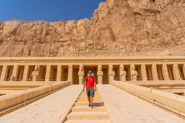 ルクソールのハトシェプスト女王葬祭殿でマスクをした若い男。エジプト