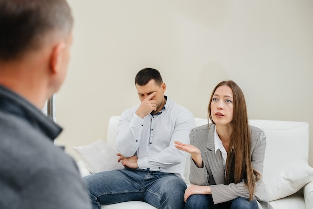 젊은 부부 남녀가 치료 세션에서 심리학자와 이야기합니다. 심리학.