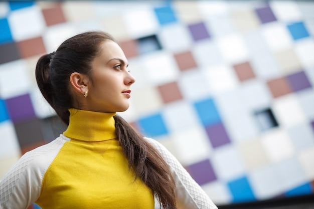 抽象的な背景の若いモデルの女の子