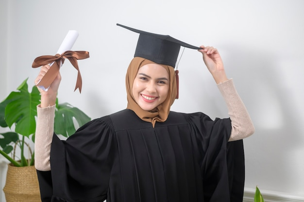 若いイスラム教徒の女性が資格を持って卒業しました。
