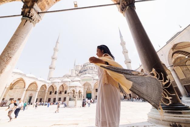 스카프를 두른 젊은 이슬람 여성이 이스탄불 모스크에 가고 있다. 여름 휴가, 여행. 히스패닉계 소녀, 이란계, 시리아계 여성