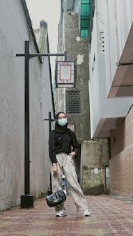 구시가지를 걷는 젊은 이슬람 여성