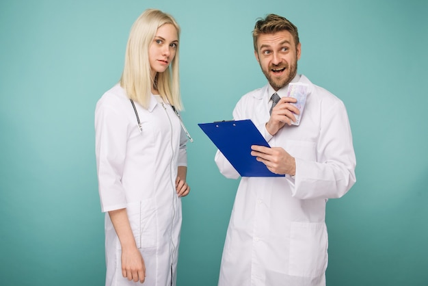 Молодая медсестра подкупает мужчину врачу.