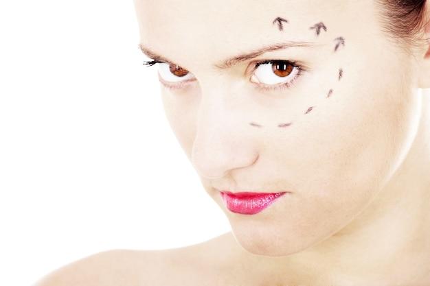 그녀의 얼굴에 성형 수술 표시가있는 젊은 예쁜 여자