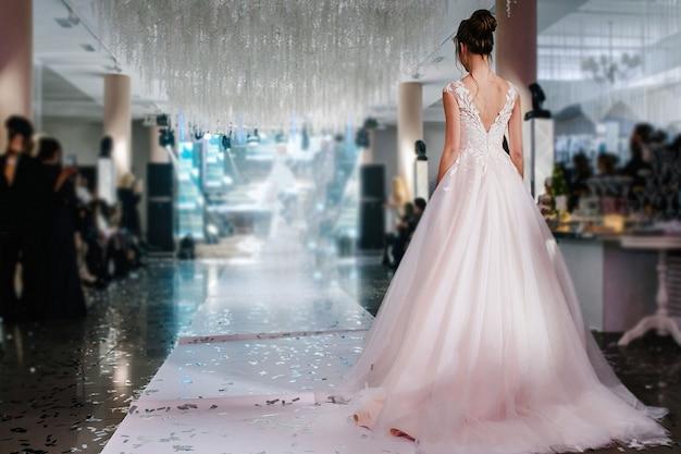 Юная принцесса в дорогом роскошном платье с длинным шлейфом