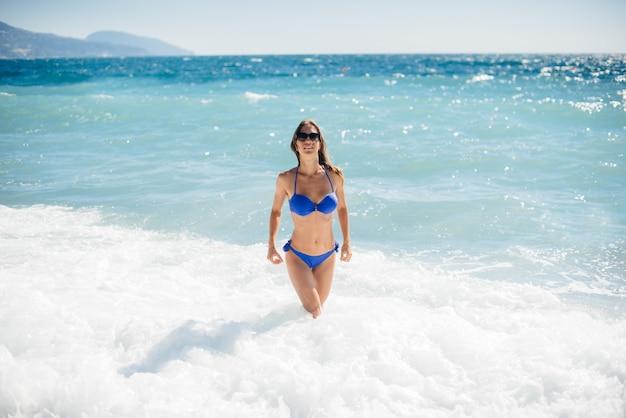 섹시 한 소녀는 화창한 날에 바다에서 쉬고있다. 레크리에이션, 관광
