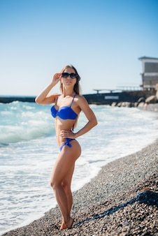 섹시 한 소녀는 화창한 날에 바다에서 쉬고있다. 레크리에이션, 관광.