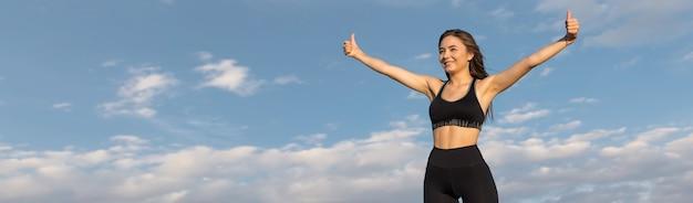 スポーツウェアの若いスリムな運動の女の子は、一連のエクササイズを実行します。フィットネスと健康的なライフスタイル。