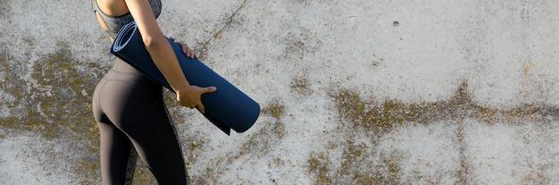 뱀 가죽 무늬가 있는 운동복을 입은 젊고 날씬한 운동 소녀가 일련의 운동을 합니다. 피트니스 및 건강한 라이프 스타일.