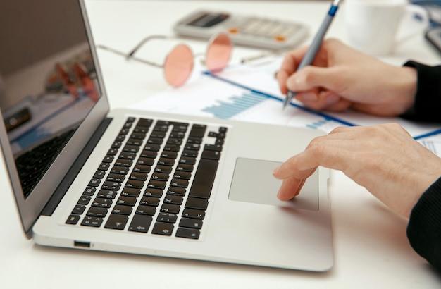 젊은 전문가가 컴퓨터에서 재무 문서 작업