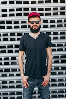 黒のtシャツとメガネのひげを持つ若いスタイリッシュな男
