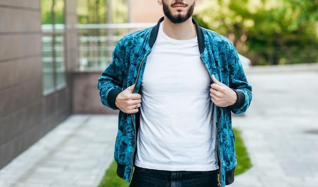 白いtシャツとサングラスにひげを持つスタイリッシュな若者