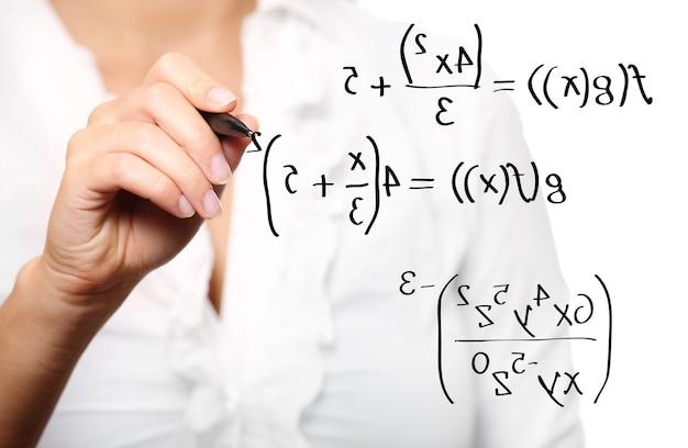 흰색 배경 위에 수학 방정식을 해결하는 젊은 교사