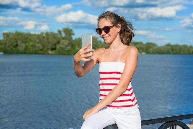 Молодая девушка-блогер снимает видео