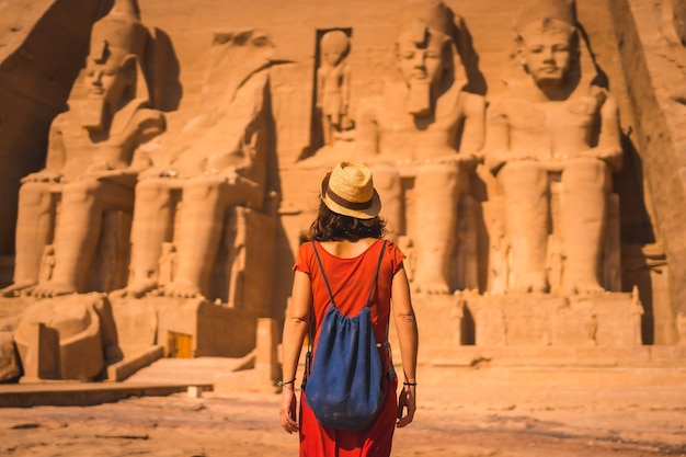 아부 심벨을 향해 걸어가는 빨간 드레스를 입은 젊은 관광객