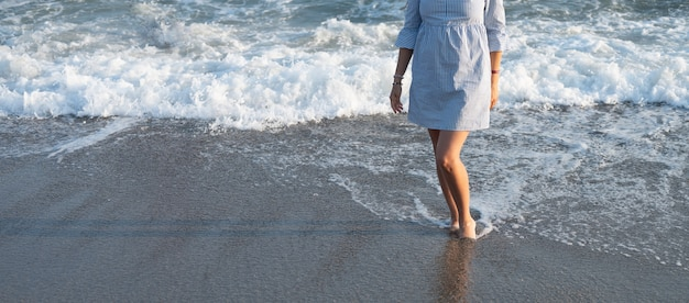한 젊은 여성이 바다에 왔습니다.