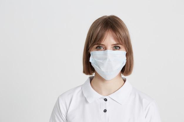 サージカルマスクの若い女性医師