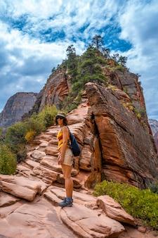 Молодая женщина завершает поход по тропе приземления ангелов в национальном парке зайон