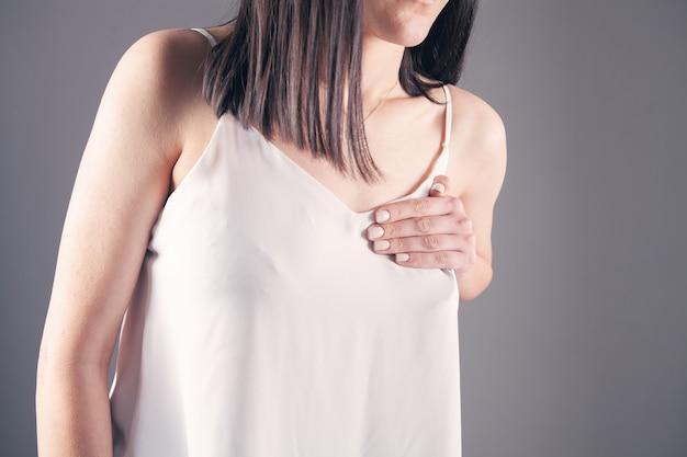 У молодой женщины боль в груди