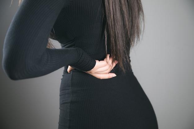 若い女性は腎臓の痛みを持っています