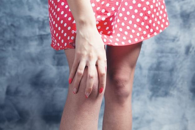 젊은 여성이 무릎 통증이 있습니다