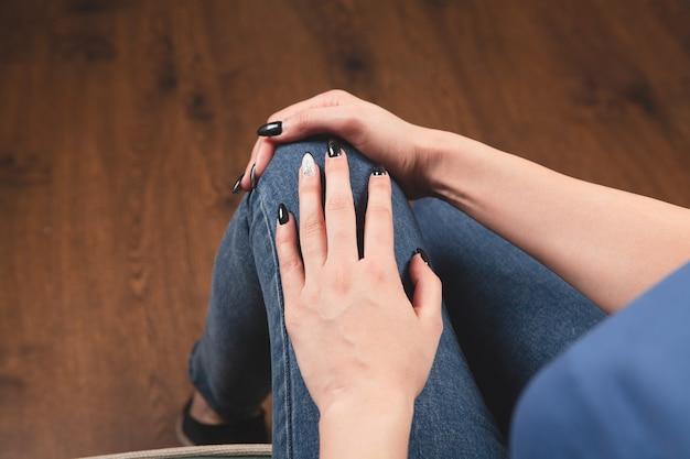 若い女性は膝の痛みがあります