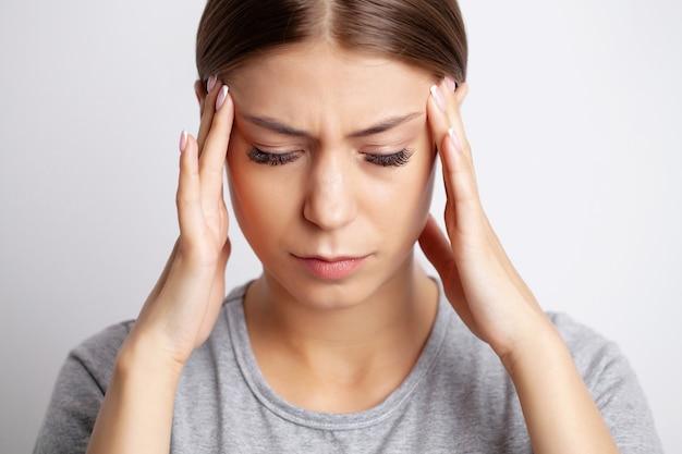 У молодой женщины сильная головная боль