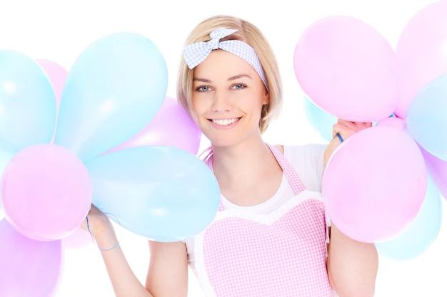 흰색 배경 위에 풍선을 들고 젊은 여자