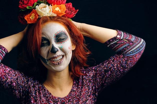 죽은 마스크 해골 얼굴 예술의 날에 젊은 여자