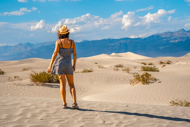 カリフォルニア州デスバレーの砂漠に身を包んだ若い女性。アメリカ